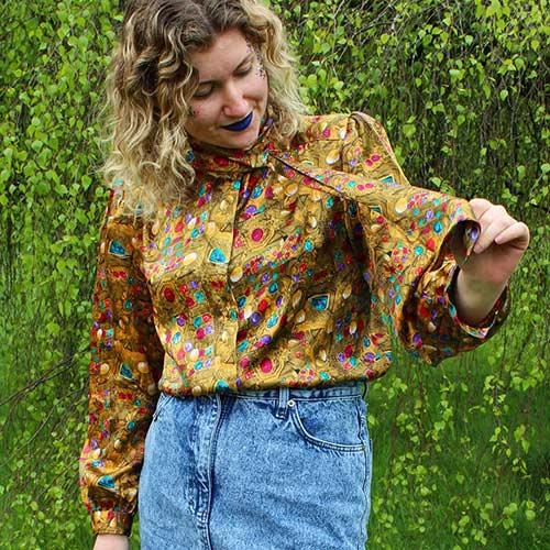 Las mejores tendencias de la moda de los años 80: blusa estampada