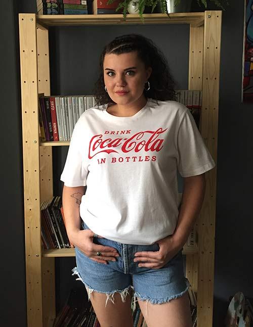 Las mejores tendencias de la moda de los años 80: camiseta y vaqueros de gran tamaño