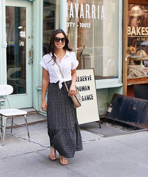 Como llevar una falda larga - Falda larga con estampado negro con camisa blanca