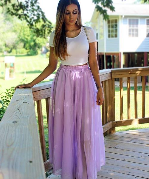 Como llevar una falda máxima: falda maxi de cintura alta con un top blanco macizo