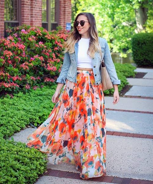 Como llevar falda larga: falda larga y floral con camisa / chaqueta de mezclilla