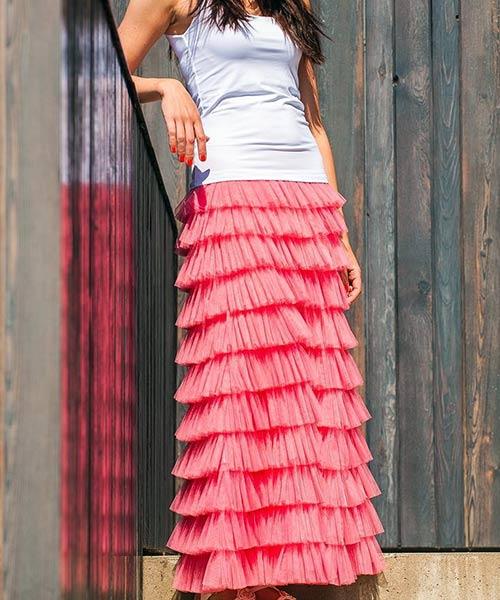 Como llevar una falda larga - Falda larga de tul con volantes y parte superior de color sólido