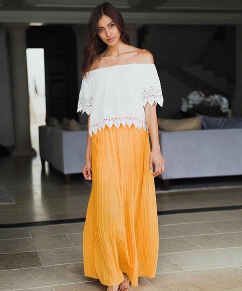 Como llevar una falda máxima: falda maxi plisada con top de encaje blanco