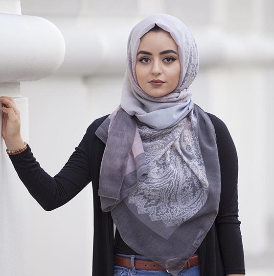 La reputación del estilo del pecho al Hijab