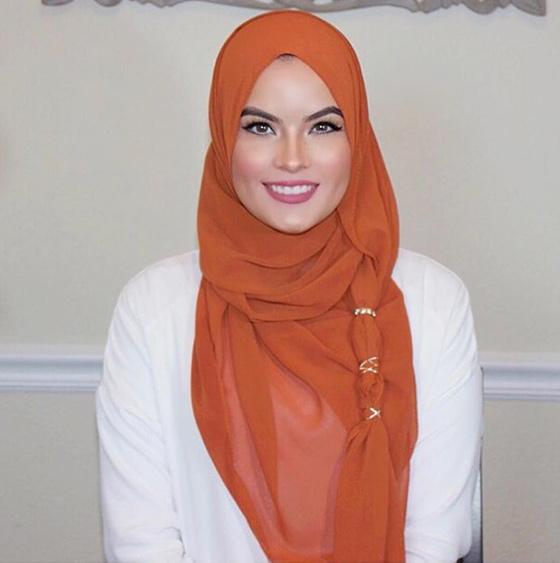 Vuelva el hiyab con los accesorios