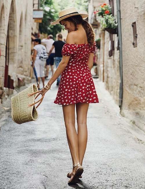 4. Vestido floral con hombros rojas